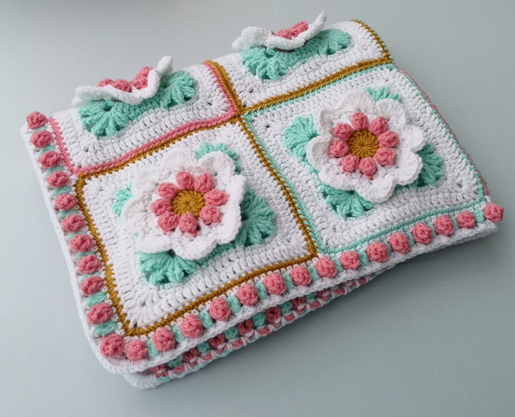 Read more about the article Crochet baby girl blanket with 3D flowers